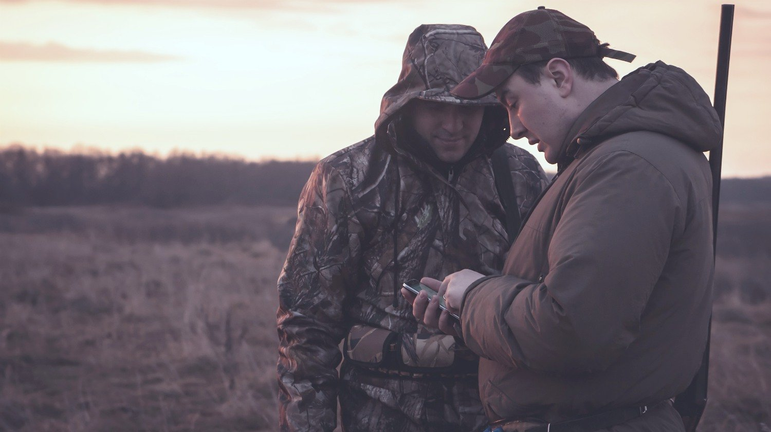 hunters using their smartphone | The Best Free Smartphone Apps For Your Firearms | free smartphone apps | phone app | Featured